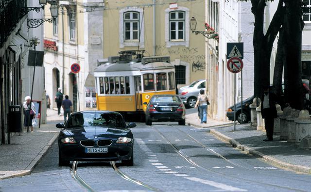 画像: ポルトガルの首都、リスボンの街を走るBMW Z4 Mクーペ。急坂が続き道は細い。石畳の路面も多い。それでもこのスポーツモデルの運転は苦にならない。