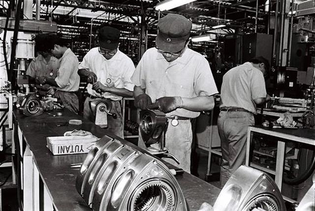 画像: ロータリーエンジンの初の量産市販に成功した東洋工業(=マツダ)。排出ガス規制や燃費の改善などの改良を地道に続けながら、2012年まで発売していたRX-8まで命脈を保つ。現在もロータリー復活待望の声は強い。