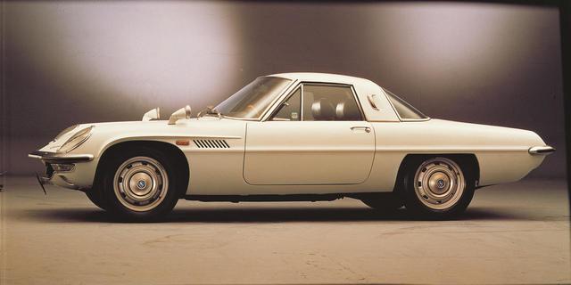 画像: 1967年9月に発売となったコスモスポーツ。RE研究部が心血を注いだ10A型ロータリーエンジンは、当時の国産車としては傑出したハイスペックとなった。