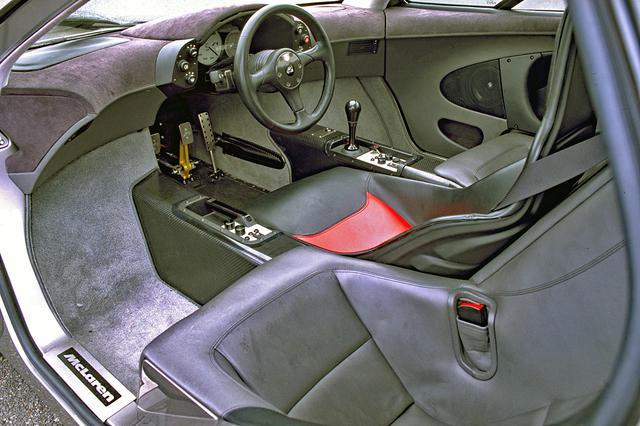 画像: 運転席右にシフトノブとエアコンのスイッチ類、左にパーキングブレーキとオーディオのスイッチ類。ルームミラーは2つ装着していた。