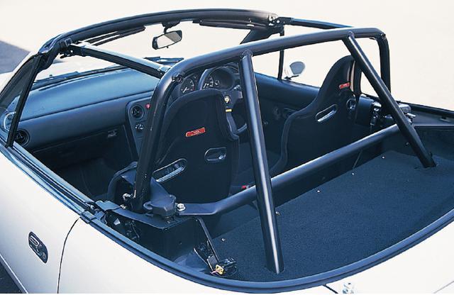画像: 幌を廃止。アルミ製の特性ロールケージでボディ剛性をアップさせている。また、車両全体でノーマルのハードトップ仕様からマイナス50kgの軽量化を実現。