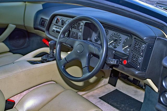 画像: インパネ回りのデザインは、他のスーパーカーの荒々しさとは無縁の落ち着きを見せる。