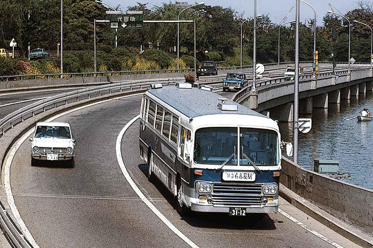 画像: 首都高速環状線内回り、千鳥ヶ淵付近を行く日野RA900-P。初代サニーやブルーバード410が並走している。1970年代初頭、確実に140km/hを出せ、東京—大阪を悠々走破できる乗用車は稀だった。