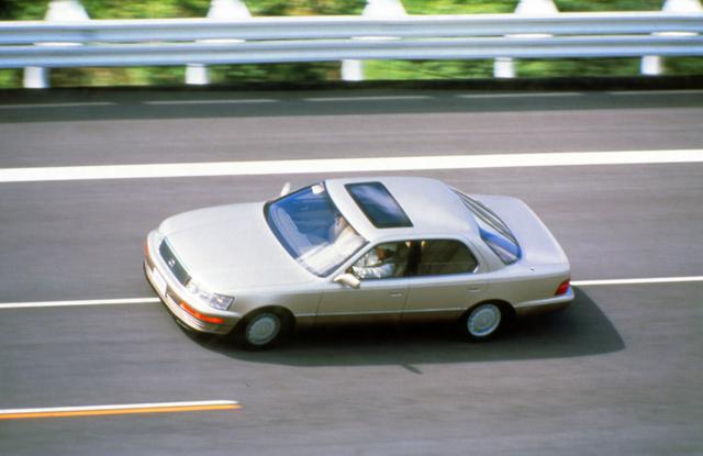 画像: テストコースを疾走するLS400。ここに至るまでに100台以上の試作車をつぶした、など数々の伝説を生んでいる。