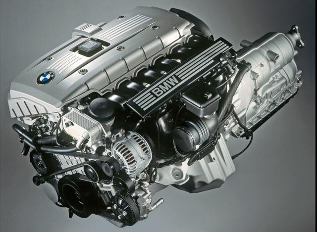 画像: 新開発のユニットに置き換えられた直列6気筒エンジン。3L仕様は大幅なパワー/トルクアップを果たしてグレード名を3.0iから3.0siに変更、2.5l仕様もクランクケースにマグネシウムを採用した新しいユニットとなった。2.5iに搭載される2.5L直6DOHCユニットは、323iに搭載されるエンジンと同じもの。