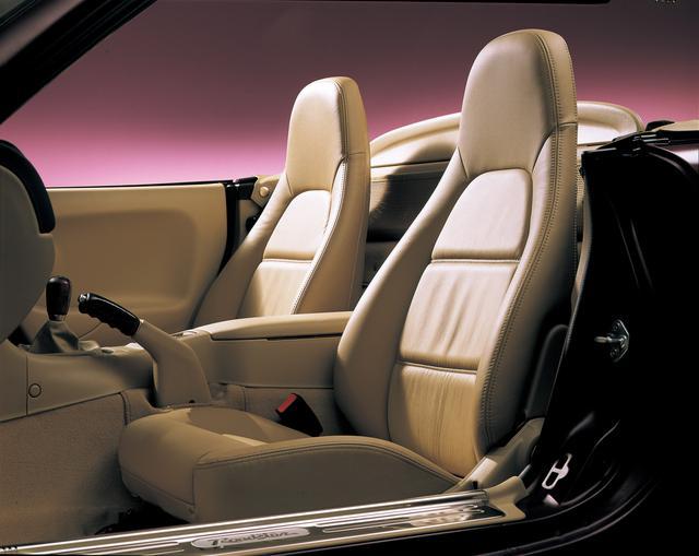 画像: タンカラーでまとめられた内装色。シートは本革仕様のバケットタイプ。