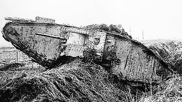 画像: WW1当時のマーク戦車。I〜Ⅳ型までは小改良で量産され、パワーアップしたV型が実戦投入された最終改良型。車体上部までグルリの特徴ある履帯はさまざまな走行車両に流用されたが、戦後、新型開発の前に消滅する。