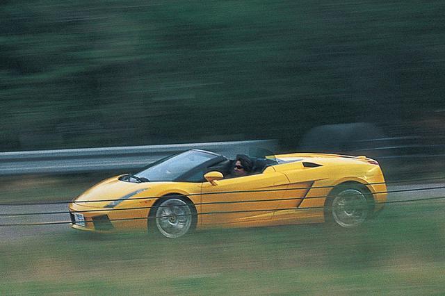 画像: 2005年に登場したガヤルドスパイダー。試乗車はe-gear仕様。その走りは意外なほど心地よく快適。ボディがしっかりしていて、サスペンションは確実に上下動を繰り返す。