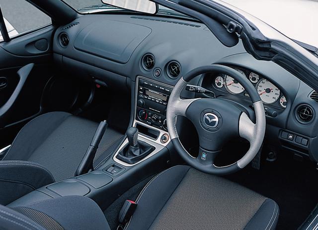 画像: 黒を基調とする1600Mのインテリアにチタン調カラーの部分革巻きを施したナルディ製のステアリングホイールを採用。