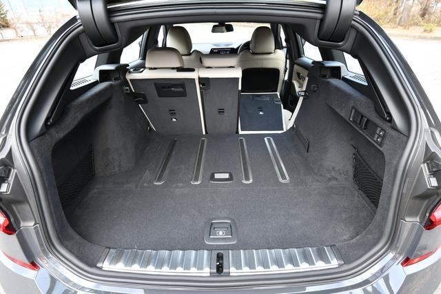 画像: 走行中に荷室内の荷物が動かないような機能を持つアンチスリップレールシステムを採用する。