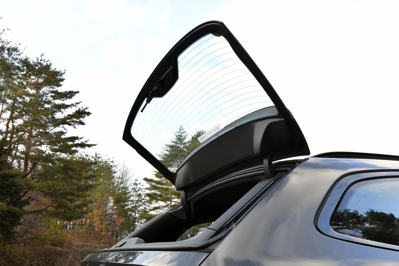 画像: BMWのツーリングの特徴となるリアゲートとは別に独立して開閉するリアウインドウ。