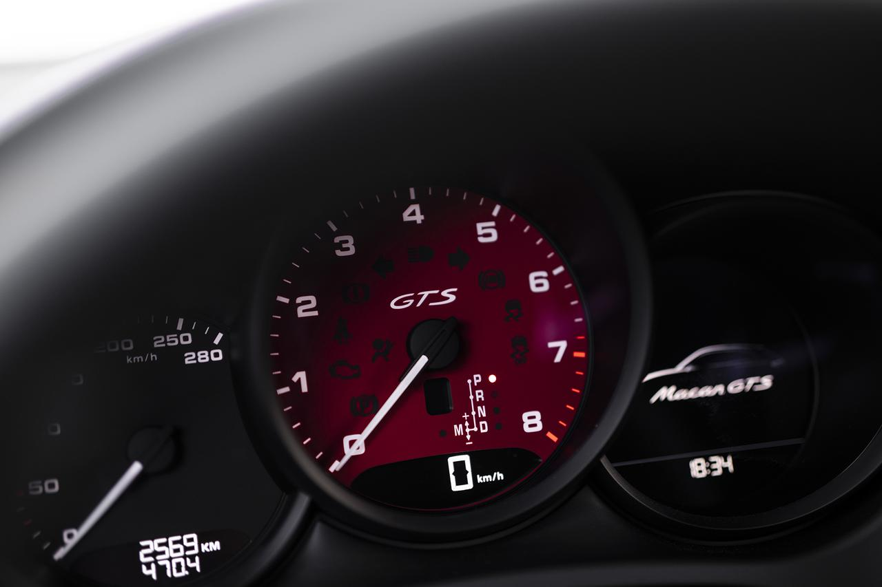 画像: 中央の回転計はその中にデジタルで速度表示するのがポルシェ流。オプションでセンター部分を赤に変更可能。