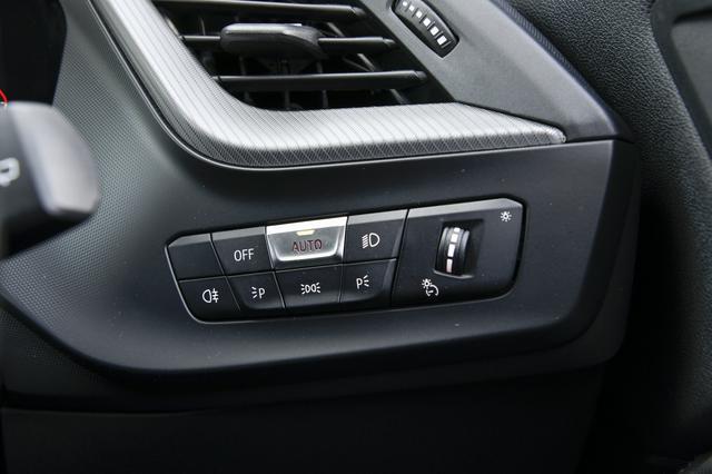 画像: ヘッドライトのAUTOスイッチ。ヘッドライトの点け忘れ消し忘れがなくなりとても便利である。