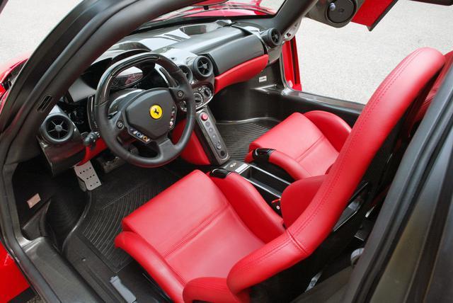 画像: ステアリングには、F1マシンのように車両制御のためのボタンやスイッチ類が配される。主要なパーツはほとんどカーボンファイバー製だ。