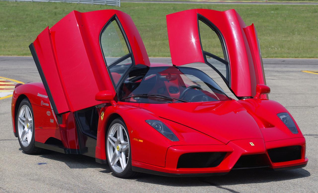 画像: スーパーカーのお約束とはいえ、フェラーリが普通のスイングドアでないバタフライドアを採用したのは珍しい例だ。