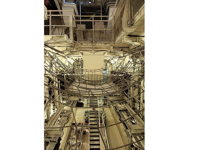 画像: 横浜港に文化財として係留される氷川丸(1930年竣工)は、機関室の内部が見られる珍しい大型船。蒸気機関からディーゼル機関になったため煙突は集合排気管である。2軸推進のため、写真の左右に8気筒のディーゼルエンジンが並ぶ。船底から3階層ぶち抜きの巨大空間だ。