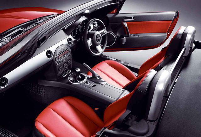 画像: シートはVSに標準、RSにオプション設定のシートヒーター付き専用本革製バケットシートながら、そのカラーは鮮やかなレッドとされた。また、BOSEサウンドシステムも装備され、他のモデルとは違うことをアピール。
