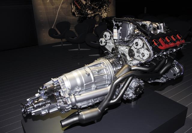 画像: 新規に開発されたV10DOHCエンジン。そのスペックにも「夢」を感じさせる要素が凝縮されている。5.2Lエンジンでありながら、低回転から圧倒的なトルクを発生させるだけでなく、7000rpmという最高回転数で最高出力を発生させる。
