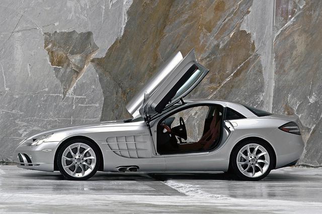 画像: ルーツの300SLRは、いわゆるガルウイングドアだったが、SLRマクラーレンはディヘドラル式ドアを採用した。
