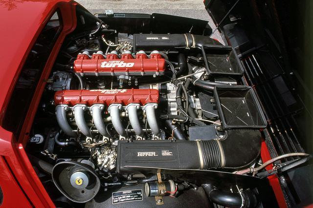 画像: エンジン本体には手を入れられていないが、ツインターボ化で653psを発生。ヘッドカバーには「KOENIG turbo」のロゴ。