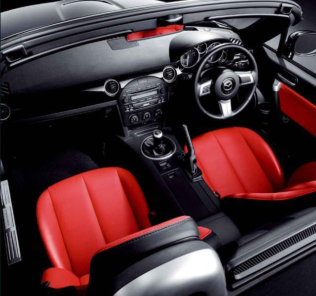 画像: 鮮やかなレッドのレザーシートは、高級スポーツカーを感じさせる部分。キーレスエントリーなど装備も充実してプレミアム感を高めた。