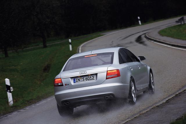 画像: 2006年、V10エンジンを搭載して登場した3代目アウディS6。ドイツで開催された試乗会はあくにくの雨となったが、圧倒的なパフォーマンスを持ちながら、上質なサルーンに仕立てられていることを確認することができた。