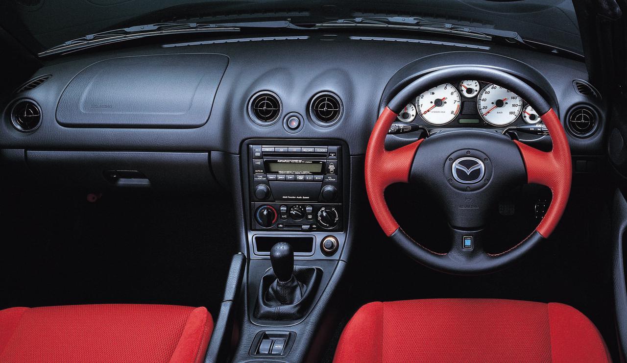 画像: 黒・赤のナルディ社製本革巻きステアリングとホワイトメーターは専用装備。