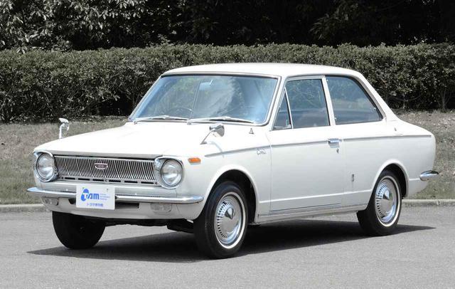 画像: 日本を代表する大衆車となった初代カローラ。それでも国民の平均年収並みの価格なので、購入するにはそれなりの覚悟が必要だった。