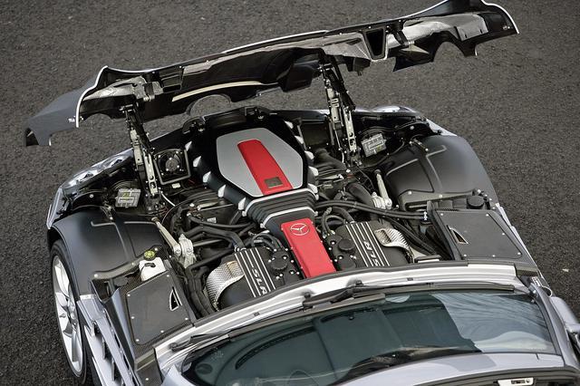 画像: 前ヒンジのエンジンフードを開けると、フロントミッドシップ搭載されたスーパーチャージドのV8 3バルブSOHCが見える。