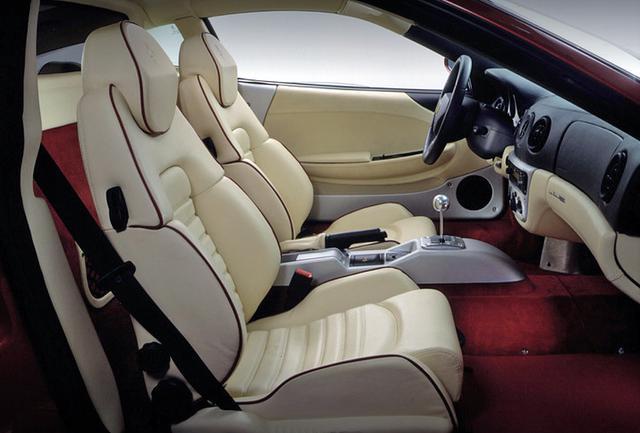 画像: F355よりサイズアップされて室内の居住性も向上。シートの後ろにはゴルフバッグ2セットを積載可能。