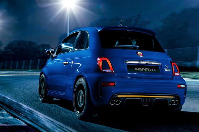 画像: 青のボディカラー「Blu Podio」に黄色のアクセントが、前後バンパーやドアミラーカバー、ブレーキキャリパーなどにいくつも配置されている。