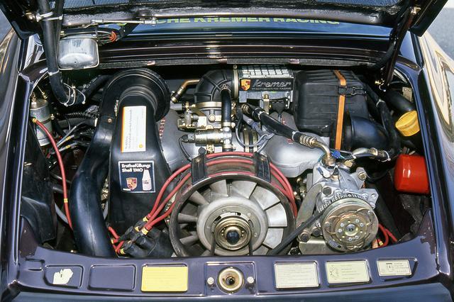 画像: エアフローメーターにポルシェのエンブレムと「Kremer」のロゴが入るが、エンジンの外観はノーマルの911カレラとまったく変わらない。