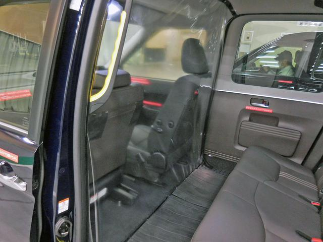 画像: 前席の後ろに設置された隔壁。この前後で室内の気圧を変えてウイルスの流出を防止する。