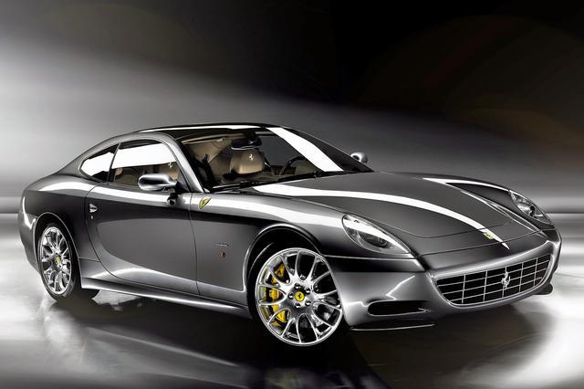 画像: ヘッドランプは縦長となり、それまでのフェラーリとは少し趣の違う顔つきとなっているが、エレガントさにあふれている。