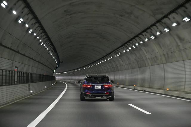 画像: 高速道路だけでなく、道路のトンネルは白色の照明を採用するケースが増えている。