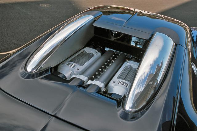 画像: コクピットの後ろに縦置きミッドシップ搭載されるW16気筒クワッドターボは、つねにエンジンの一部が見えるようになっている。