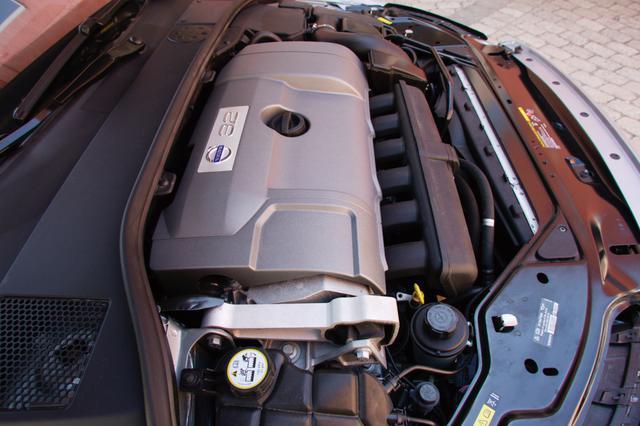 画像: 新開発直6エンジンは直5ユニットよりエンジン長が5mmしか違わないというコンパクト設計。エンジンを横置きすることで、前面衝突時の安全性が高まる。