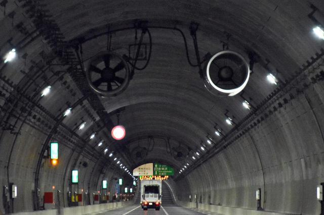 画像: トンネル内の空気がクリアになった理由のもうひとつが、長距離トンネルの天井に設置されているジェットファン。トンネル内の換気のため、1981年に三井三池製作所によって製品化されたもの。
