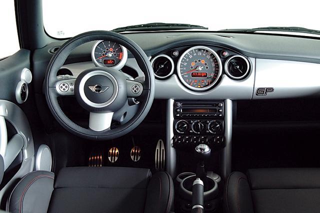 画像: 3本スポークのステアリングにはマルチファンクションが備わる。ドライバーの正面に回転計が配される。