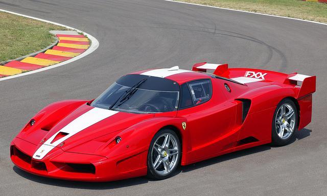 画像: フロントまわりはエンツォフェラーリと大きく変わらないが、エアインテークなどが追加されている。