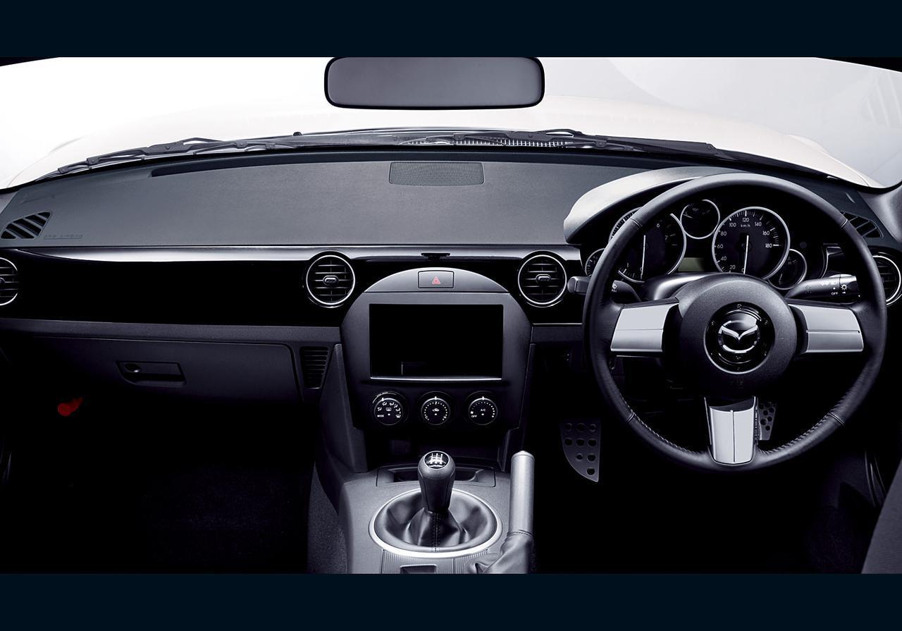 画像: レース仕様車ということでコクピットはシンプル。革巻きステアリングはレースでの機能性はもちろんカッコよさという面でも際立つ。