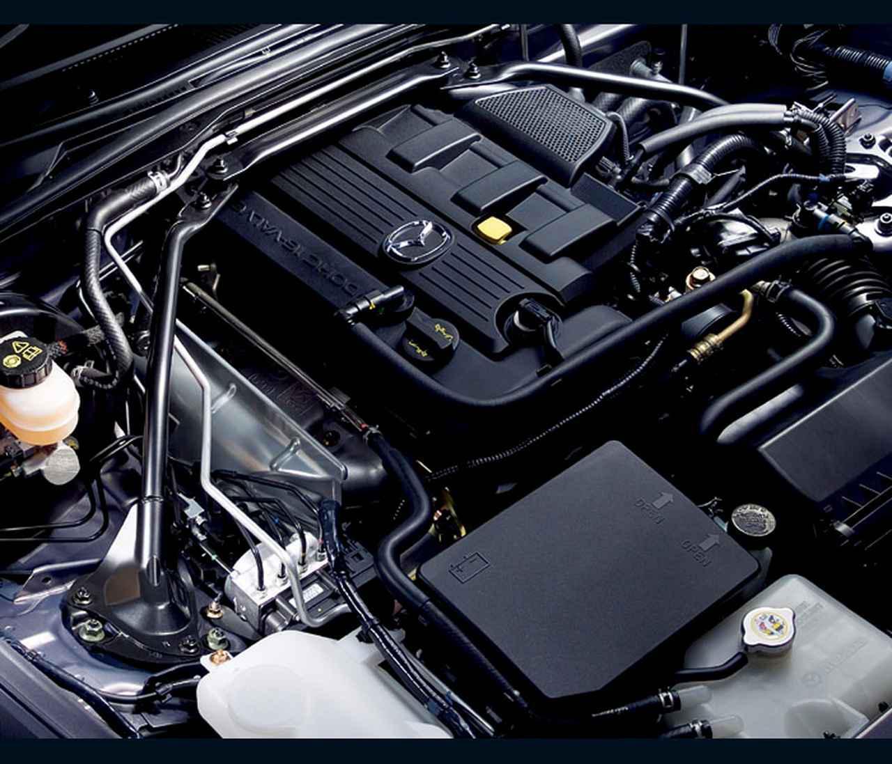 画像: 2L直4DOHCユニットは170psを発生。NB型ロードスターから45psのパワーアップとなり、よりエキサイティングなレースが可能となった。