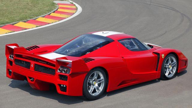 画像: リアまわりはレーシングマシンのよう。リアスポイラーは走行条件に合わせて調節が可能だ。