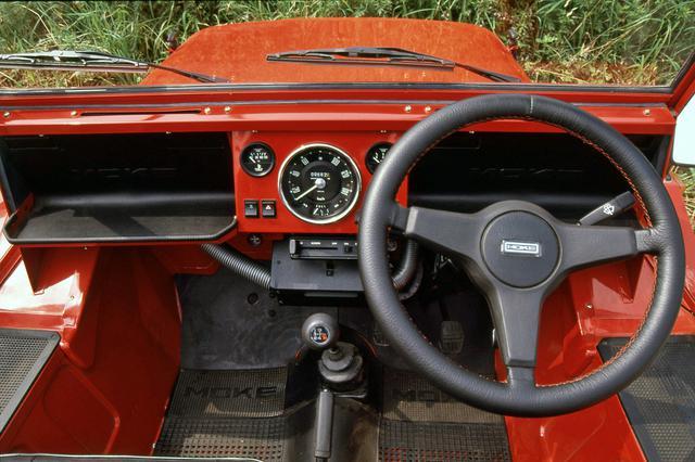 画像: インパネ中央にスピードメーターが備わるのもMINI譲り。ダッシュボードの棚には「CAGIBA」のロゴも見える。