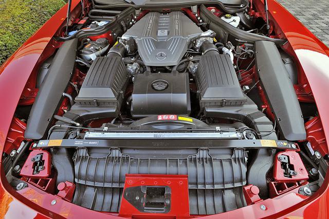 画像: 長大なエンジンルームの後半分に収まる6.2LのV8は571psと650Nmを発生し、0→100km/h加速は3.8秒を誇る。