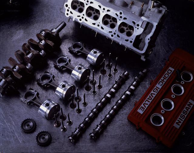 画像: FJ20Eの主要コンポーネンツ。吸気側は直径34.5mmの小型軽量バルブを2個、排気側にも直径30mmの小型軽量バルブを2個配置した4バルブ式。カム・プロフィールはかなり高速型に振られている。