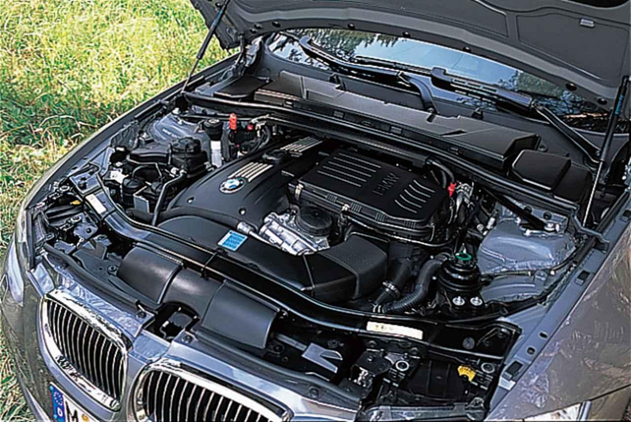 画像: 新開発の3L直6DOHCツインターボエンジン。搭載位置は6気筒の3シリーズセダンと同じだが、ターボ化によってエンジン重量が増大(+30kg)した分、左右のフロントフェンダーに最新のプラスチック素材を採用して軽量化が図られている。