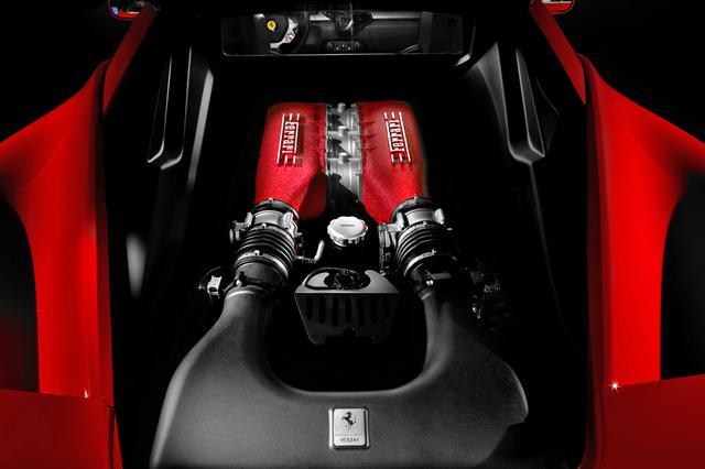 画像: スケルトンのエンジンフードの下には最高出力570ps/最大トルク540Nmを発生する自然吸気のV8ユニットが収まる。