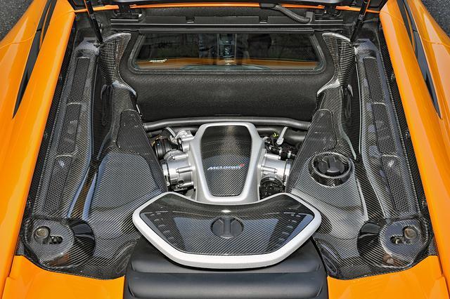 画像: V8エンジンは3.8Lだがツインターボにより600psオーバーを達成。0→100km/h加速は3.1秒、最高速度は330km/h。