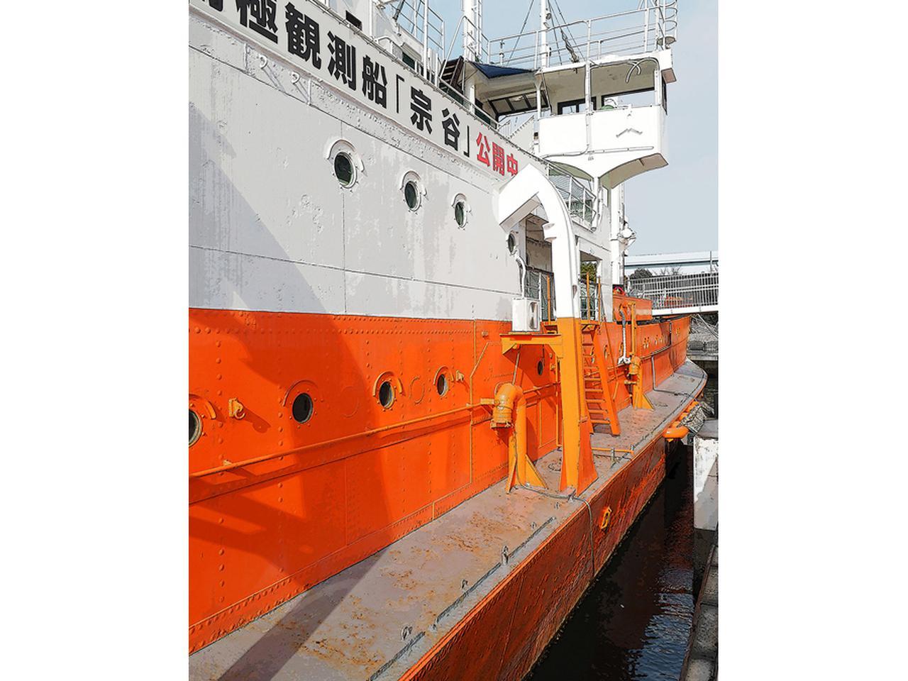画像: 船体両側面に排水量増加による浮力と復原性強化のため、最大1.5mずつ張り出したバルジを設けた。南極観測船=砕氷船を新造できなかった当時、最大限の造船技術を投入した。